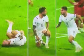 Guarda Ciro Immobile rotolare sul pavimento prima di riprendersi da un  infortunio miracoloso mentre l'Italia segna contro il Belgio