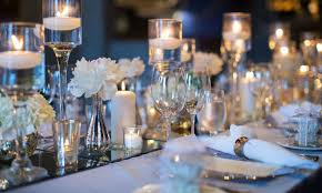 Nesta galeria vamos mostrar decorações de centros de mesa com velas que dão um toque acolhedor e charmoso que todo casamento deve ter. Mesa Com Velas Ou Casticais Quando Usar Claudia Matarazzo