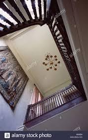 Betrachten Sie Durch Elegante Hölzerne Treppenhaus Mit