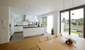 Offene Küche Modern Weiß Mit Kücheninsel Und Esstisch Holz