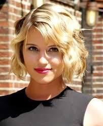short wavy blonde hairstyle for round faces
