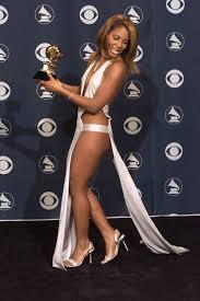 Naked dress nh ng chi c v y g y tranh c i trong l ch s th m. Toni Braxton