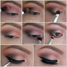 makeup mata lalu bingkai mata dengan eye liner pada bagian atas dan bawah mata dan pertegas bulu mata dengan maskara pengaplikasian eye liner untuk mata