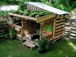 Idee Per Abbellire Il Giardino : Arredare il giardino con i pallet ecco idee