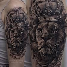 татуировки лев с короной в стиле дотворк реализм черно серая