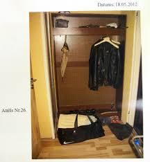 Убийство студентки следствие велось преступно халатно Часть  Как видно на фотографии в квартире Гайгалса в шкафу висят две куртки Следствие не удосужилось проверить а когда Липстокс посещал последний раз Гайгалса