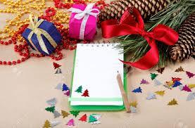 Decorazioni di natale regali e un quaderno per le congratulazioni