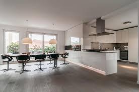 Moderne offene Küche design mit weiß Hochglanz Schrank Küche und