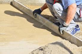 lit de chape sable du travailleur pour la pose des autobloquants image de whiteaster