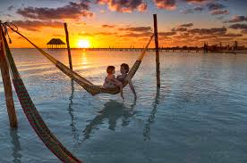 Mother and daughter relaxing on hammock at beach during sunset in Holbox  Island, Cancun, Mexico – Stockfoto