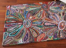 Hand tufted floral rug in recycled material.
