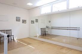 Piso na sala de dança ou yoga: Sala De Danca Com Piso Especial E Grandes Espelhos Salas De Danca Estudio De Danca Em Casa House