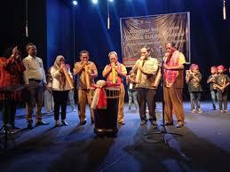 Alat musik gambang berasal dari daerah jawa tengah dan merupakan alat musik tradisional daerah tersebut. Latuheru Suling Bambu Asal Maluku Itu Unik Kabartimurnews Com