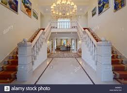 Moderner Kronleuchter In Halle Mit Doppelte Treppe Und