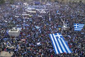 Αποτέλεσμα εικόνας για λαός με ελληνικές σημαίες