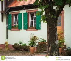 Ein Traditionelles Deutsches Haus Mit Weißen Wänden Grüne