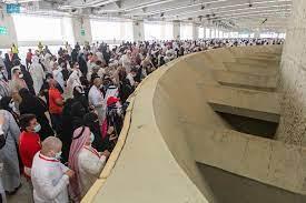 شاهد حجاج بيت الله الحرام يبدؤون رمي الجمرات ثاني أيام التشريق - الدمبل نيوز