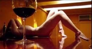 Resultado de imagen para tomando en dos copas de vino en la cama