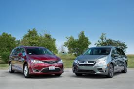 17Chrysler_Pacifica_vs_18Honda_Odyssey_ES_01.jpg  O