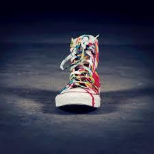 Найден пошаговый способ <b>чистить</b> белые <b>кроссовки</b> весной ...