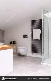 Einfache Elegante Badezimmer Im Dachgeschoss Stockfoto