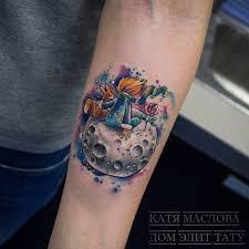 фото женской татуировки на предплечье в стиле акварель по сказке
