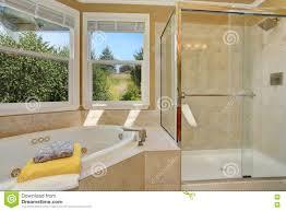 Luxuriöser Badezimmerinnenraum In Der Warmen Beige Farbe Stockbild