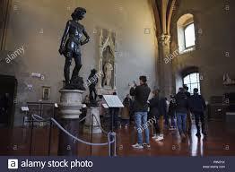 Besucher vor der Statue des David von der italienischen Renaissance  Bildhauer Andrea Del Verrocchio datiert aus