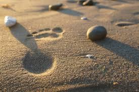 Resultado de imagem para imagens de pes na areia