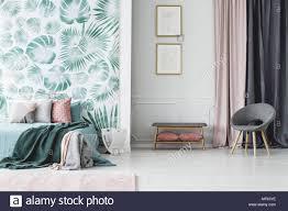 Grau Sessel Und Poster Im Schlafzimmer Einrichtung Mit Grünen Bett