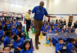 NBA legend Bob Lanier talks with students at Victor Fields Elementary...  ニュース写真 - Getty Images