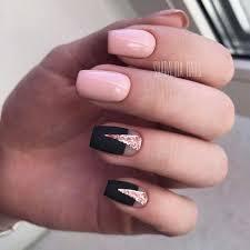 Elegantní Kombinace černé A Růžové Barvy V Designu Manikúry