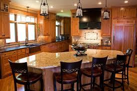 Einfache Küche Umbau Ideen mit Schwarz Stühle und Holz Schrank