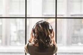 Bahasa inggris mendengarkan musik adalah listening to music. Suka Dengerin Musik Hati Hati Dengan 7 Dampak Negatifnya Ini