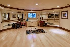 Nas tradicionais salas de dança os pisos costumam ser de madeira, como na maioria dos palcos de apresentações e teatros. Como Transformar Comodo De Casa Em Um Estudio De Danca
