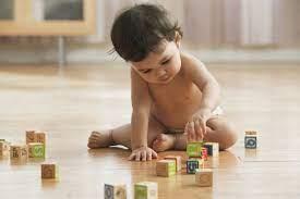 Trẻ 10 tháng tuổi - Con bắt đầu tập đứng lên đi và biết ghen tị, mè nheo
