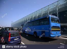 Auto e autobus Etna al Terminal Partenze aeroporto di Catania Sicilia  Italia Foto stock - Alamy