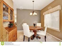 Gemütliches Esszimmer Mit Weißen Stühlen Und