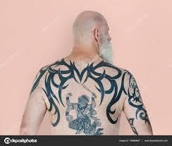 татуировки на спине человек с тату на спине стоковое фото