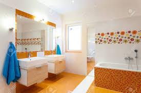 Modernes Orange Badezimmer Mit Zwei Waschbecken Für Große Familie