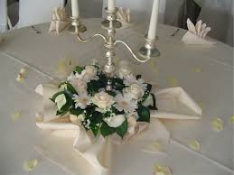 Blumenschmuck Hochzeit Kerzenständer Runde Tische Google
