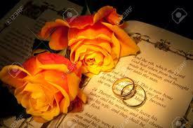 Deux Bagues De Mariage Et De Roses Sur Une Bible De La Genèse Du Texte Les Décorations Dans Le Livre Sont Copiées à Partir Dune Bible De 400