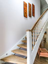 Mit details wie pfosten, geländerstäben aus holz und einem charakteristischen handlauf werden akzente gesetzt. Weisse Verzierte Treppe Mit Handlauf Aus Holz Eco System Haus Handlauf Treppe Treppe Holz