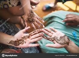 индийские женщины показаны руку хной тату искусства менди день