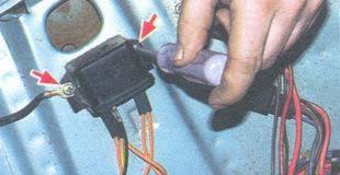 замена реле контрольной лампы заряда аккумуляторной батареи ВАЗ  винты крепления реле контрольной лампы заряда аккумуляторной батареи ваз 2106