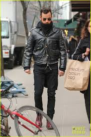justin theroux stays warm in chicago police leather jacket photo 3071067 justin theroux pictures just jared