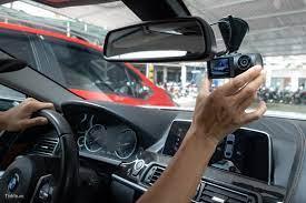một con camera hành trình có camera quay ngược vào trong xe