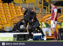 Nuno Espirito Santo Manager von Wolverhampton Wanderers wirft den Ball  Stockfotografie - Alamy