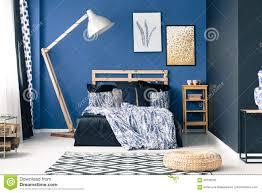 Blaues Schlafzimmer Mit Goldakzenten Stockbild Bild Von Pelz