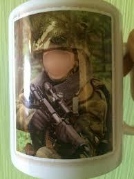 на фотокружке сына из школы он в военной форме и с винтовкой это